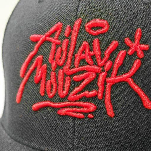 Čierny snapback ajlavmjuzik tag červené logo