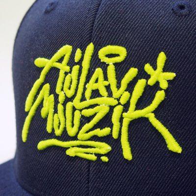 Čierny snapback ajlavmjuzik tag neónovo žlté logo