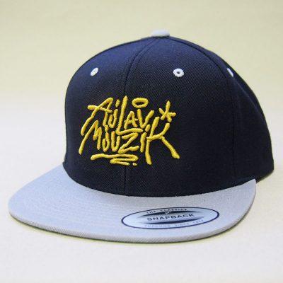 Čierny snapback ajlavmjuzik tag žlté logo a šedý šilt