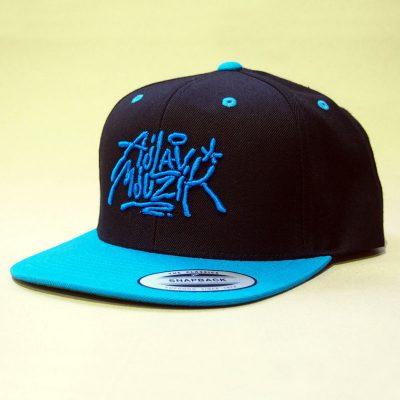 Čierny snapback ajlavmjuzik tag modré logo a šilt