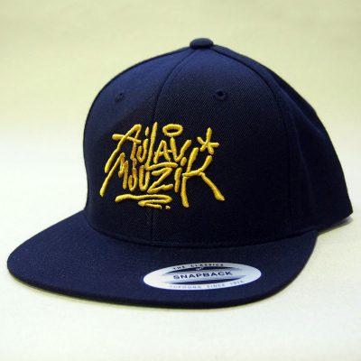 Čierny snapback ajlavmjuzik tag žlté logo