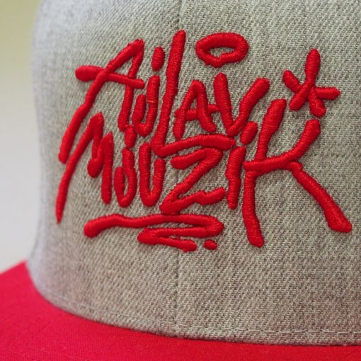Šedý snapback ajlavmjuzik tag červené logo a šilt