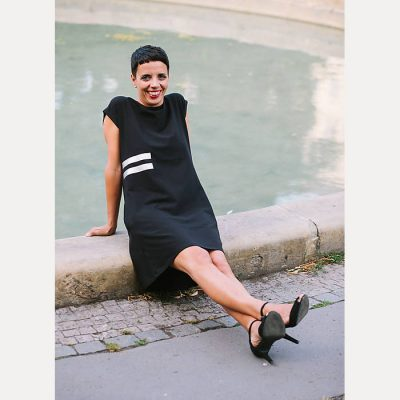 Úpletové šaty čierne s potlačou 2 pásiky naboku